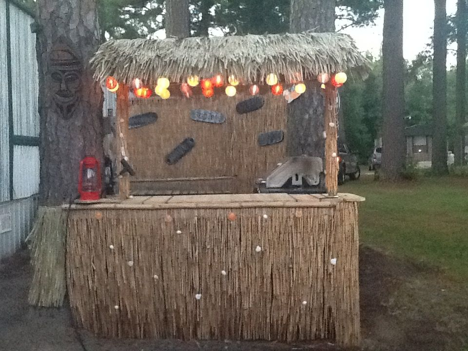Homemade tiki bar made out of recycled pallets reed for Homemade tiki bar pics