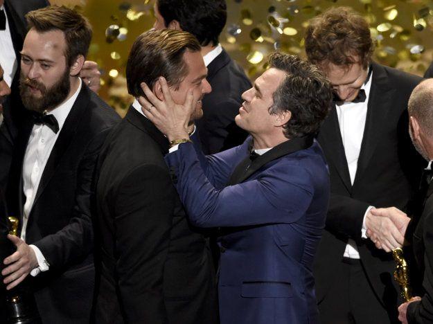 Oscara mu všetci dopriali, na snímke mu blahoželá Mark Ruffalo.