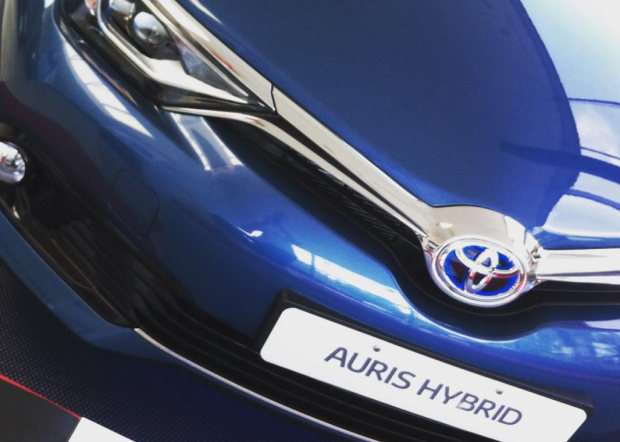 toyota auris hybrid pictures