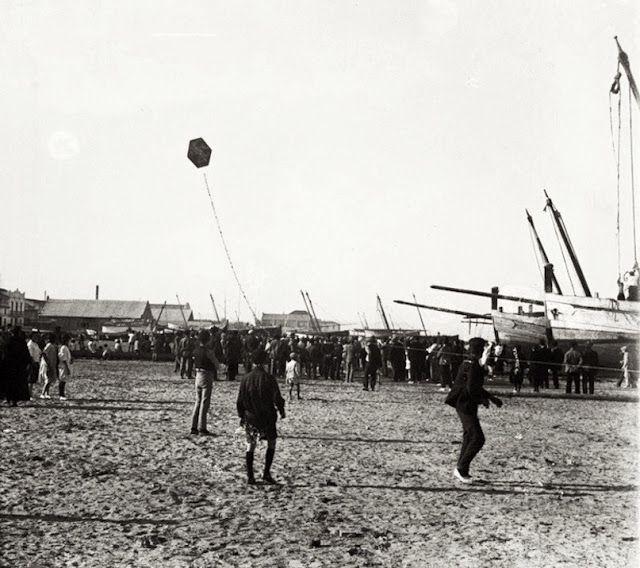La Valencia desaparecida: Cometas en la playa del Cabanyal, años 20. Archivo...