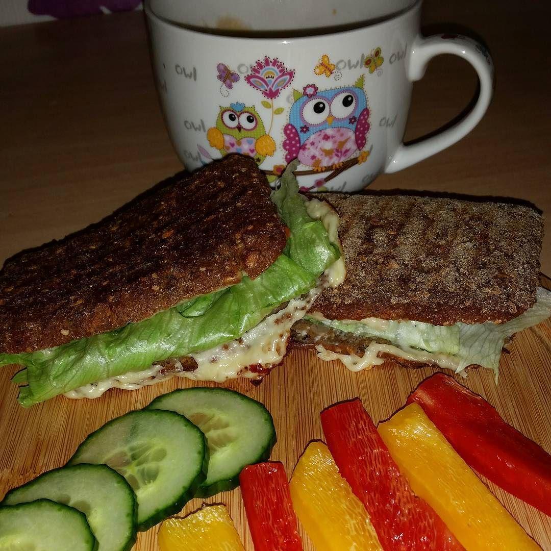 #gutenmorgenwelt #kaffee #kaffeezeit #eiweissmahlzeit #eiweisstoastbrötchen #eiweisstoast #paprika #gurke #salat #gemüse #belegtesbrötchen #lowcarb #lebenlowcarb #livinglowcarb #love #foodporn #frühstück #ohnekaffeeohnemich by christin.kempuss