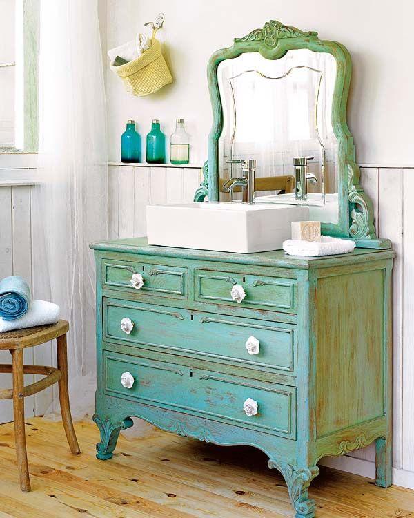 un lavabo retro con viejos muebles