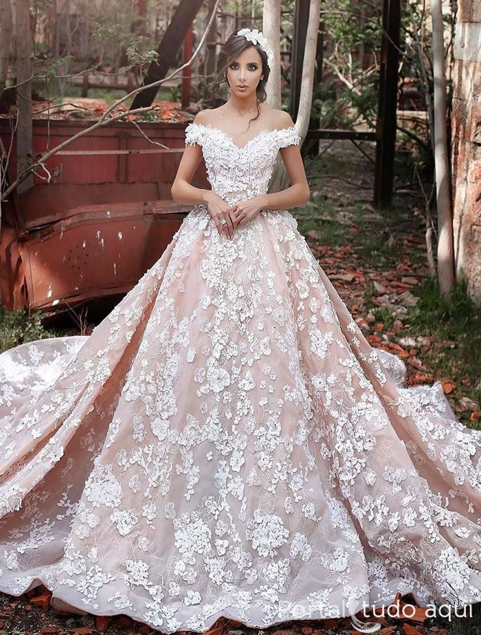 a0341233e Uma das principais tendências para moda noiva em 2017 é o vestido corte  princesa