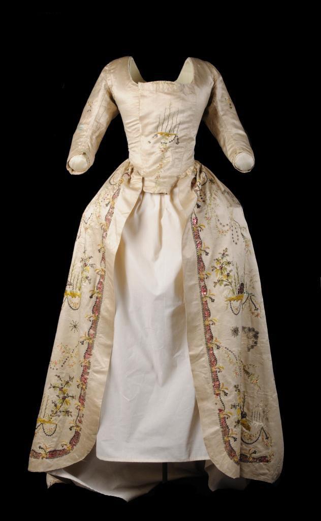 objeto: vestido femenino medidas: 165 x 40 cm. Época/fecha: siglo