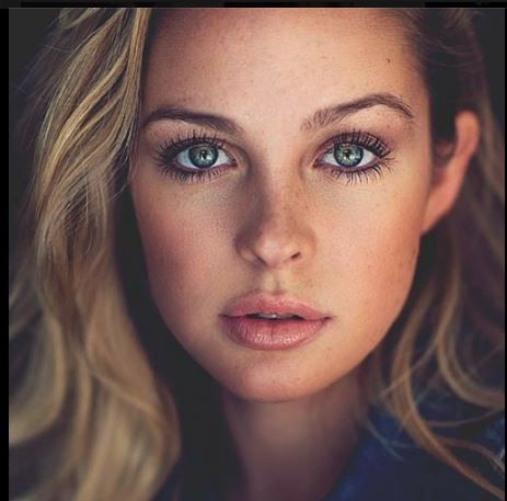 very pretty natural look  makeup for green eyes girl