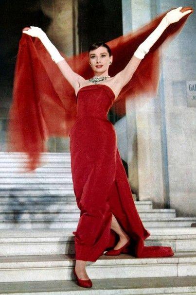 Audrey Hepburn, una de las actrices más admiradas de todos los tiempos, despierta su sofisticación de rojo en la película Funny Face con este Givenchy. Estilo De Audrey Hepburn, Peliculas De Moda, Iconos De Estilo, Estrellas De Cine, Galerías De Fotos, Alta Costura, Actrices, Vedettes, Celebridades