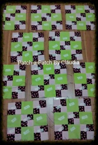 1a Etapa da Colcha Solidária concluída. Graças a Deus! 10 blocos em Four Patch. Agora vou para a montagem dos 16 blocos em Nine Patch.