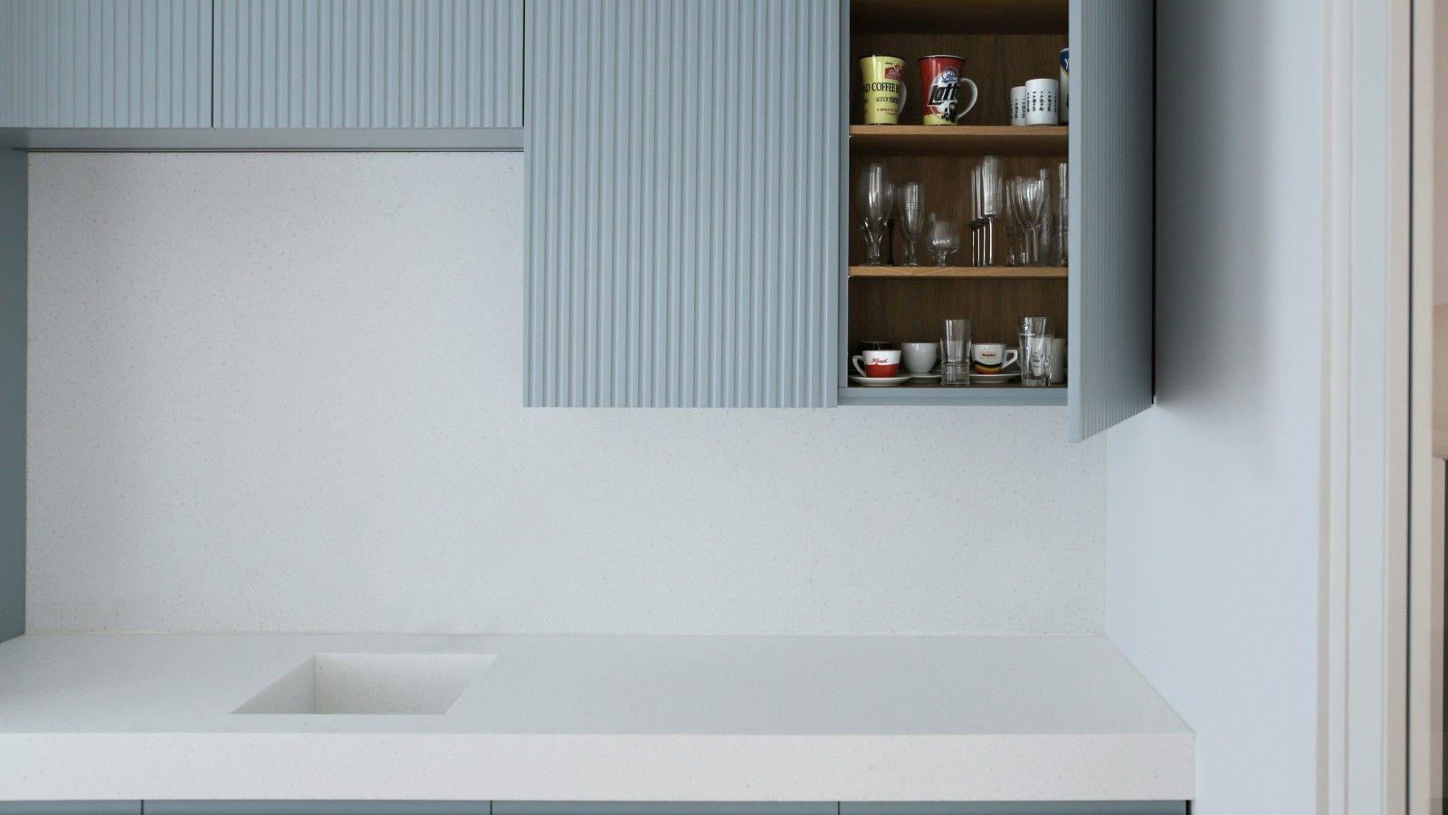 Blau Lackierte Fronten Weisse Corian Arbeitsplatte Luxuskuchen Kuchen Layouts Einbaukuche