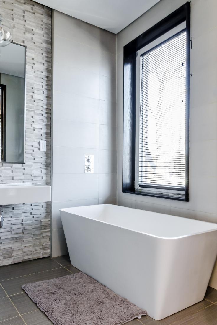 Fenêtre salle de bains moderne  Carrelage salle de bain, Salle de