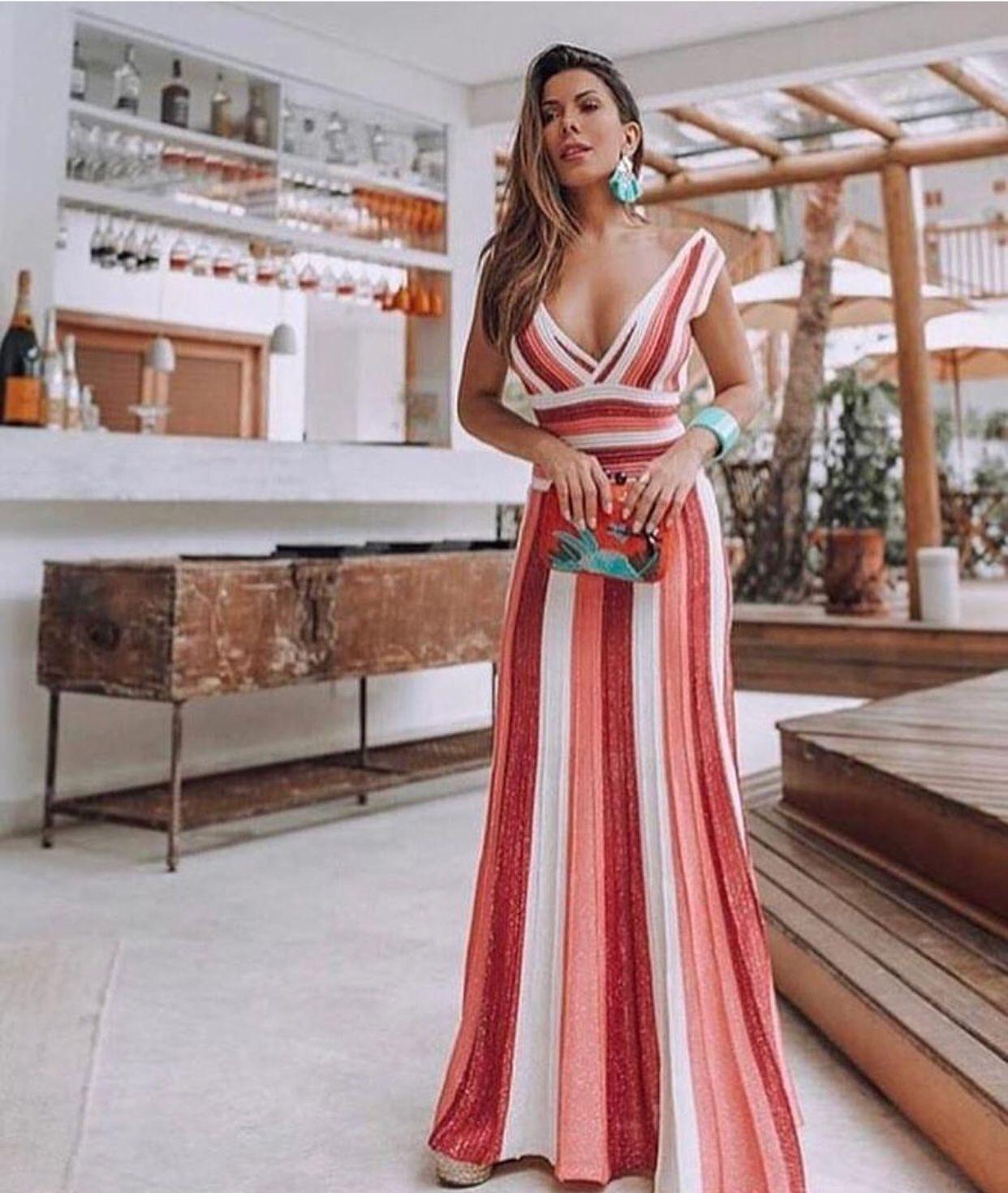 3104e0aebf85 Um vestido longo super tendência listrado com cores mais quentes ...