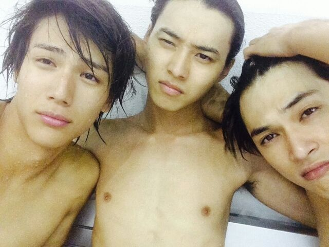 "Taishi Nakagawa, Kento Yamazaki, Ryo Yoshizawa, BTS photo, J drama, sports comedy, ""Suikyu Yankees(Water Polo Yankees)"", 2014. Plot & Ep.1-10: http://dramanice.com/drama/suikyu-yankees-detail [Eng. Sub] So funny n nice drama!!!"