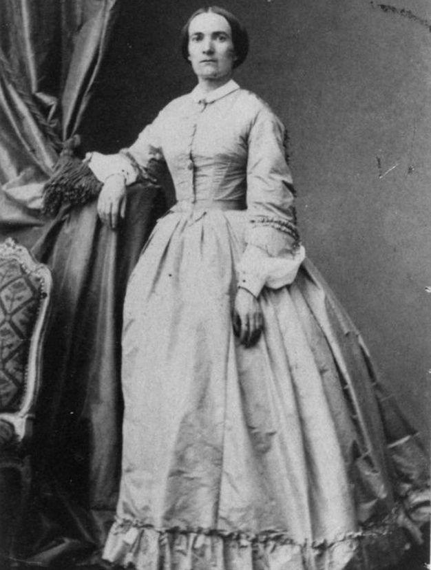 Lyon, 1861 : à 37 ans, Julie-Victoire Daubié devient la première femme à être autorisée à passer le bac, et à l'obtenir. Ne s'arrêtant pas en si bon chemin, Julie-Victoire Daubié continue et devient la première femme licenciée en Lettres en 1872 de la Sorbonne, alors que les cours (et non pas la présentation à l'examen) sont encore interdits aux femmes.