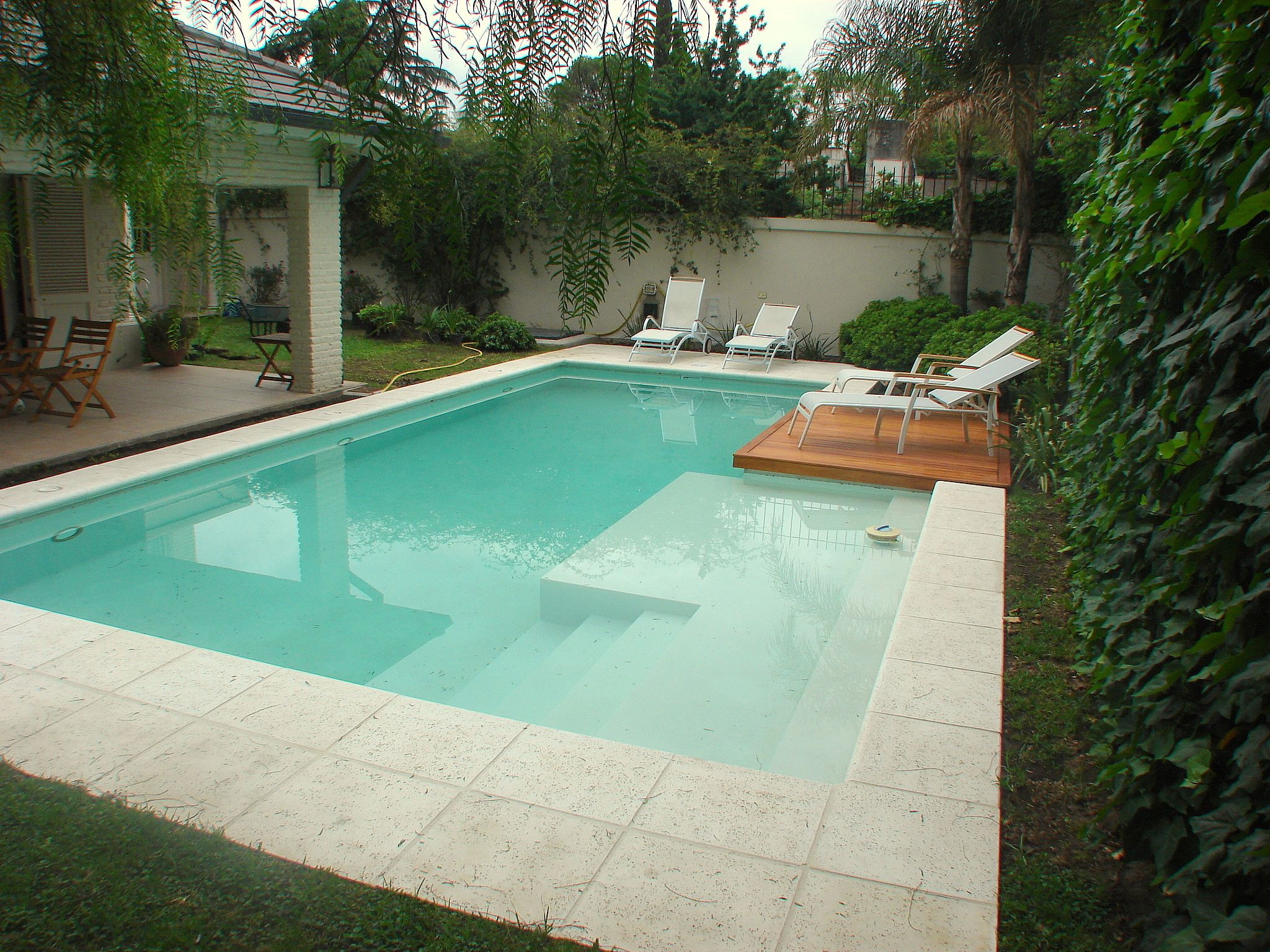Piscina familiar swimmingpool deck de madera for Disenos de casas con alberca y jardin