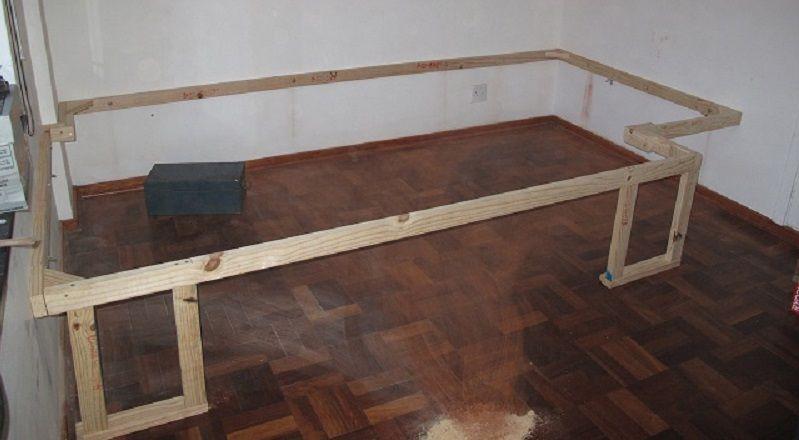 Il monte une structure de bois dans sa chambre son idée est