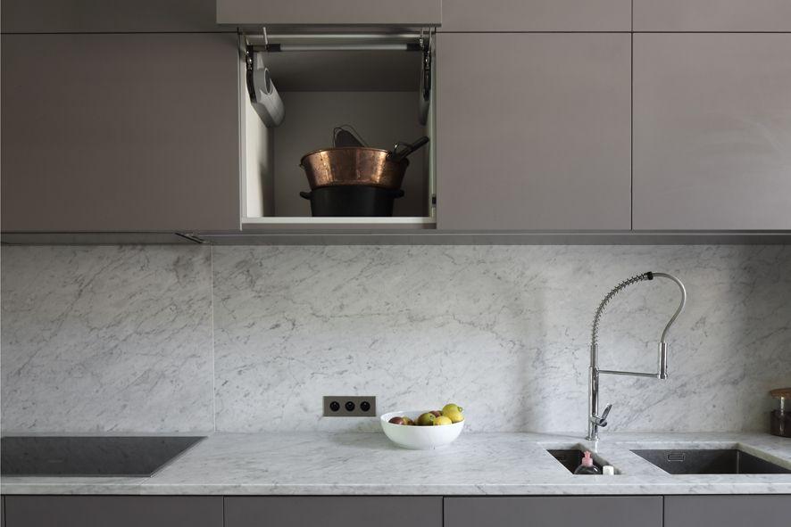 Cuisine grise et blanche, effet marbre, dans une maison à Bordeaux