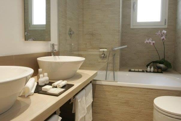 Rifiniture effetto pietra per un bagno di piccole dimensioni. Mi ...