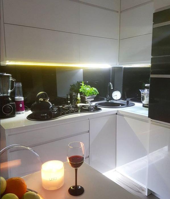 Mieszkanie W Bloku W Stylu Glamour Najpiekniejsze Wnetrza Z Instagrama Twoje Diy In 2021 Small Balcony Kitchen Cabinets Kitchen