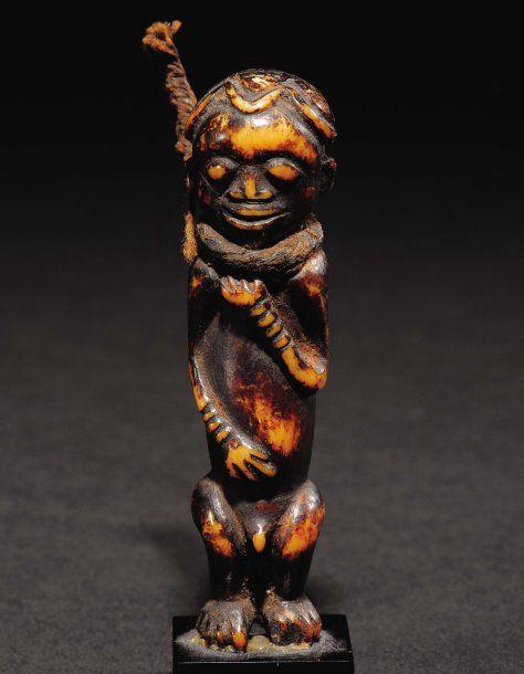 STATUETTE BAMILÉKÉ Cameroun, Ivoire Petite statuette aux membres stylisés campées sur des jambes courtes, les avant bras annelés, la tête offrant toute les caractéristiques de la sculpture bamiléké. La vielle cordelette nouée autour du cou, nous laisse croire qu'il s'agit d'un objet de protection lié à une seule personne. . H_7,8 cm