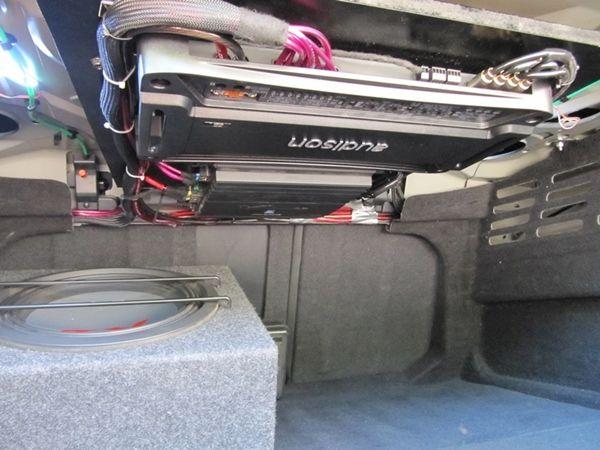 Baule con i due amplificatori hi fi car Alpine e Audison e subwoofer da 30cm #hificar #caraudio #alpine #audison