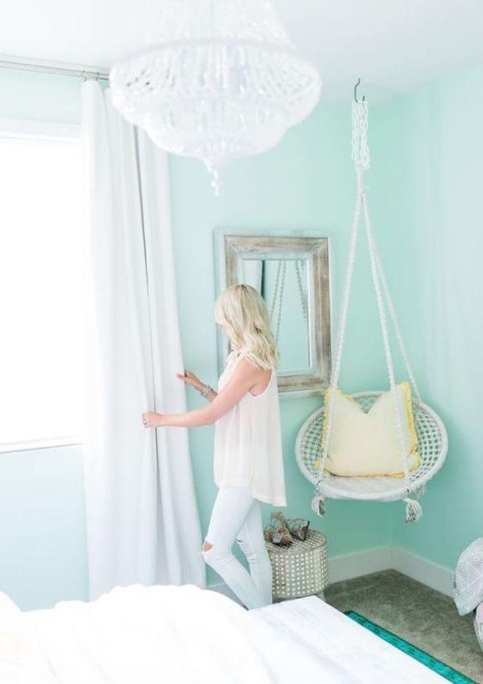 Chambre Vert Pastel Clair, Berceau Suspendu Blanc Et Coussin Jaune, Lustre  élégant, Linge