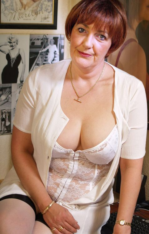 mature women cleavage