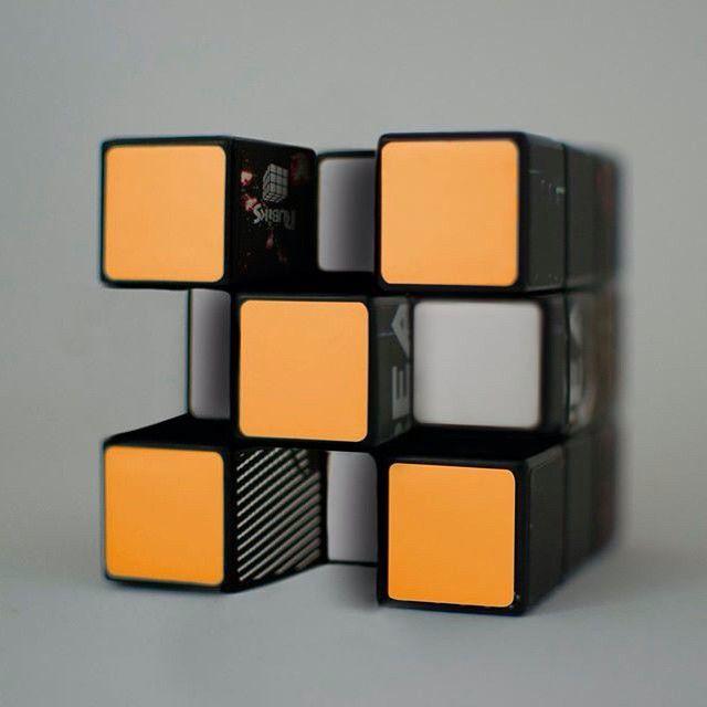 #36daysoftype #36daysoftype02 #36days_X #mavip #graphism #photooftheday #communication #rubikscube #orange #carré #gris #jeu #80s #X #objets