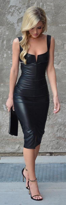 Outfit Seductor, vestido vinil color negro, de tres cuartos con un ligero escote, el corte silueta, con tacones altos y puntos dorados, bolso negro.