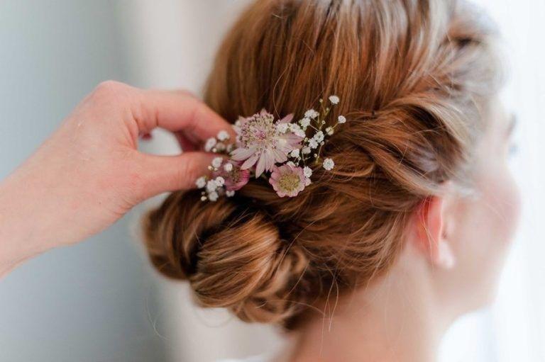 Susse Vintage Hochzeit In Grau Weiss Und Altrosa Mit Pfingstrosen Brautfrisuren Mit Blumen Brautfrisur Geflochten Mit Blumen Frisuren Langhaar