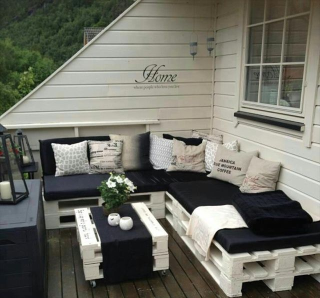terrasse in schwarz-weiß gestalten und mit DIY Terrassenmöbel - kleine wohnzimmer gemutlich einrichten