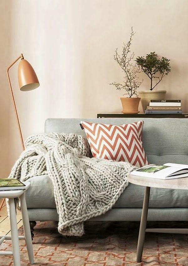Grey sofa, orange lamp and cushion, knitted throw | Sofa gris, lámpara y cojín naranja, manta de punto · www.chic-deco.com