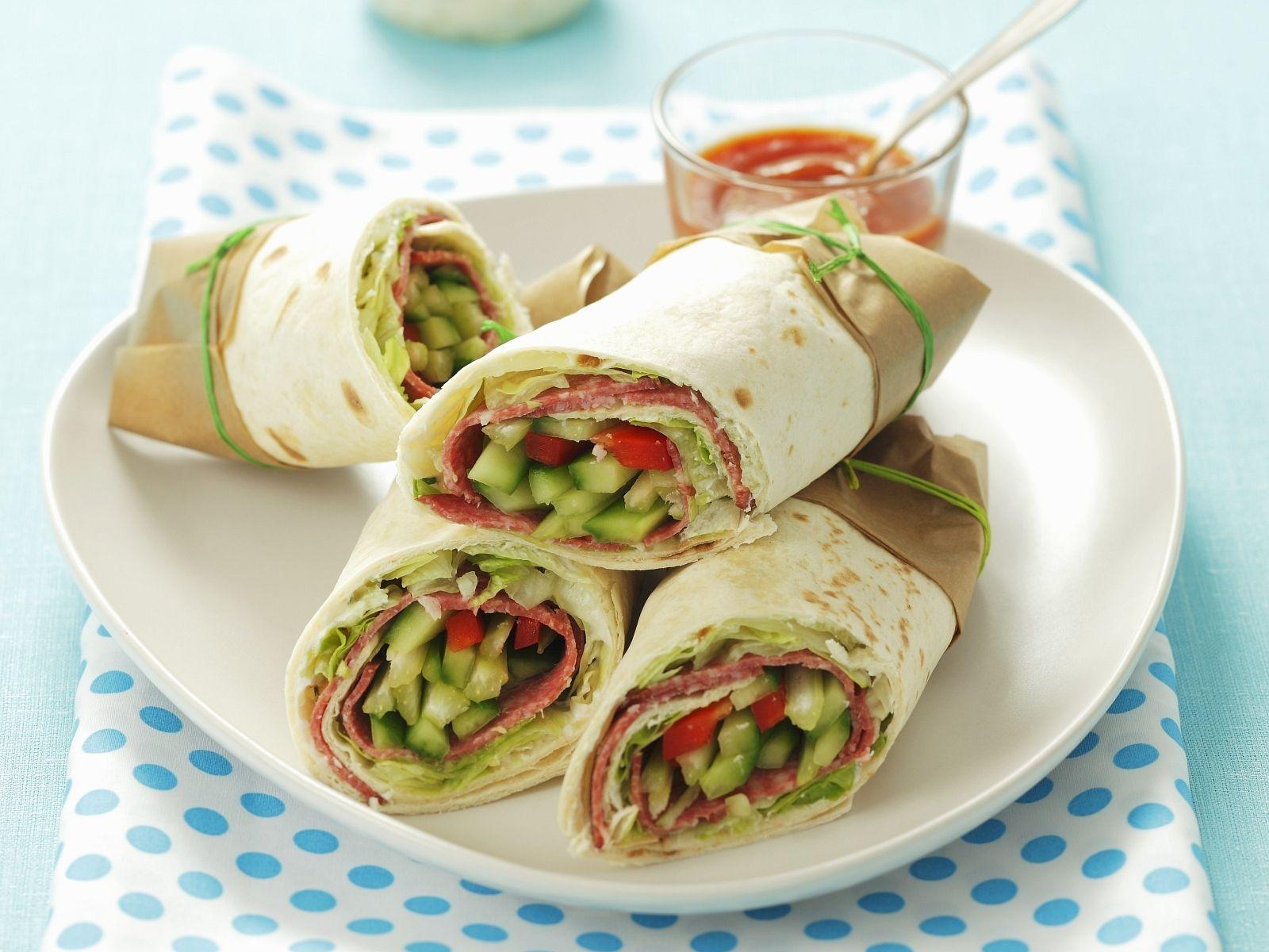 Wraps mit Gemüse und Salami