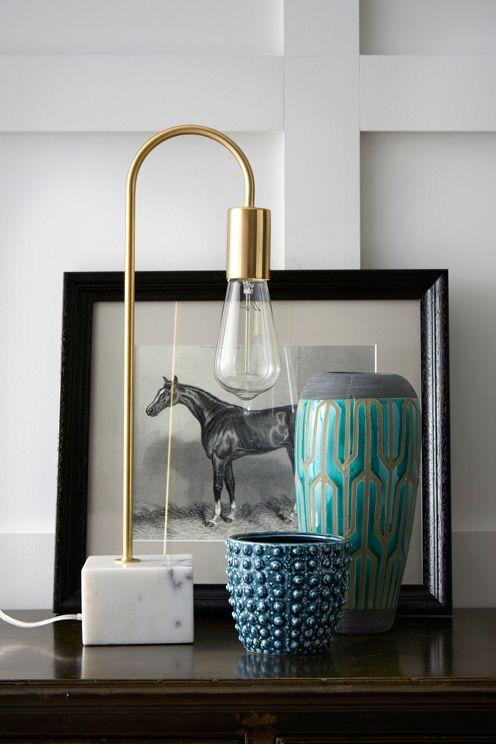 Pöytävalaisin messinginväristä metallia. Jalka marmoria. Läpikuultava johto, jossa virtakytkin, johdon pituus 2 m. Jalka 10x10 cm, korkeus 7 m. Kokonaiskorkeus 48 cm. <br>Iso lampunkanta E27. Enintään 40 W. <br><br>Lamppu ei mukana. Eri kokoisilla ja -tyyppisillä lampuilla on suuri vaikutus valaisimen ulkonäköön. Kokeile! <br><br>