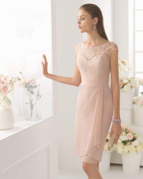 Leichtes Kleid mit Oberteil aus Spitze und Rock aus Chiffon, U-Boot-Ausschnitt, Rückenausschnitt in V-Form, ergänzt mit passender Jacke aus Spitze, erhältlich in Silber, Kobaltblau und Rosa.