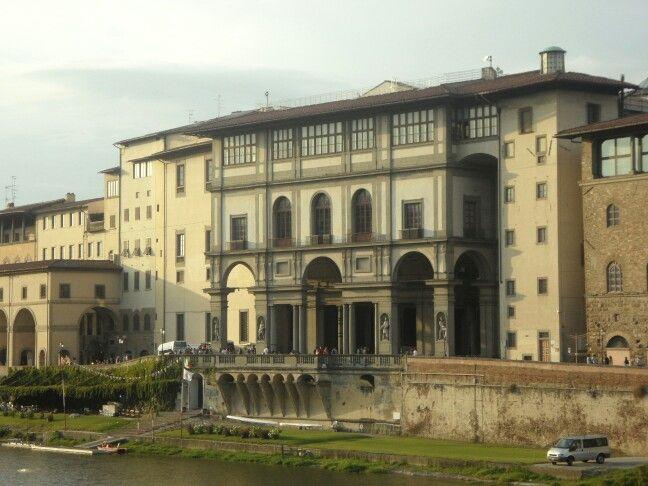 Il retro della Galleria degli Uffizi visti di là d'Arno!