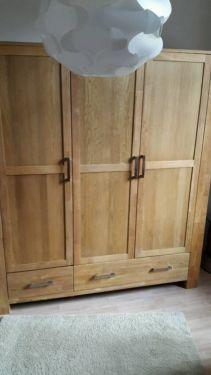 Dieser schöne Echtholz-Kleiderschrank ist sehr robust und geräumig! Der Schrank ist 2m breit und 2,20m hoch!Zum selbstabholen!