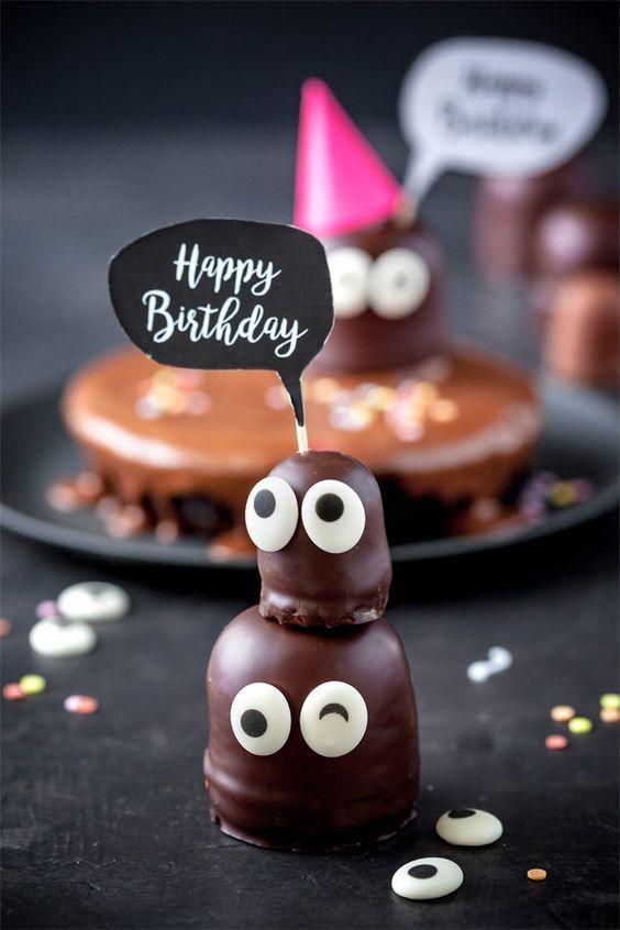 Happy Birthday sag es mit einem Kuchen Kuchen