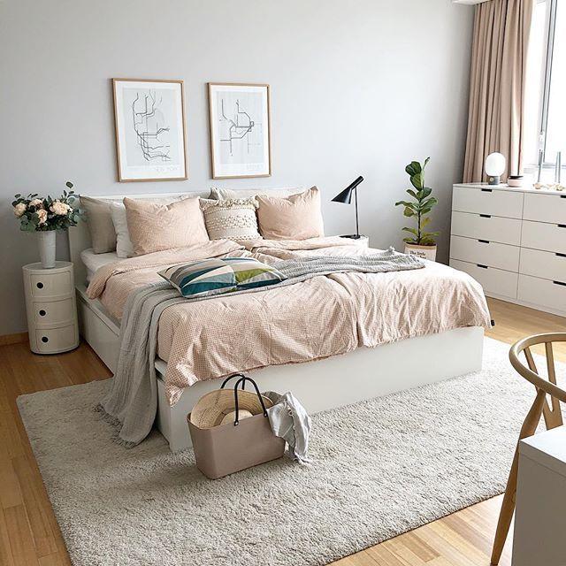 gemütliches schlafzimmer mit weicher bettwäsche  graue