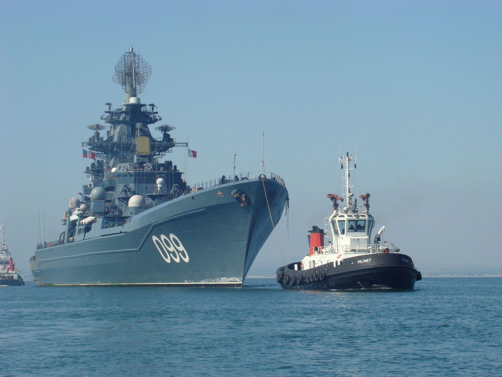 kirov class cruiser pyotr velikiy099 being tescorted by two tugs1600x1200