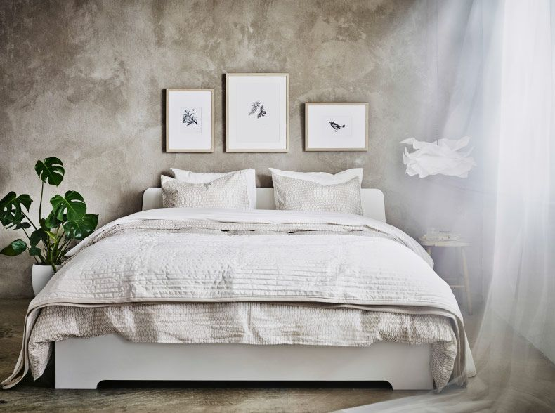 A white bed with bed textiles in beige and white For those of you - schlafzimmer wei ikea