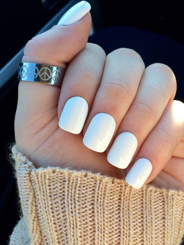 Ricostruzione unghie bianche, manicure semplice senza decorazioni e disegni