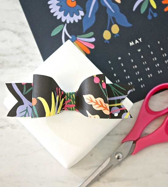 Decorate with old calendars gift bow craft and diy art decorate with old calendars solutioingenieria Images