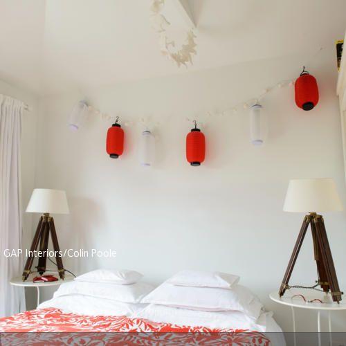 Perfekt Die Aisa Lampions In Weiß Und Rot über Dem Bett Geben Dem Zimmer Einen  Fernöstlichen Look.   Mehr Auf Www.roomido.com