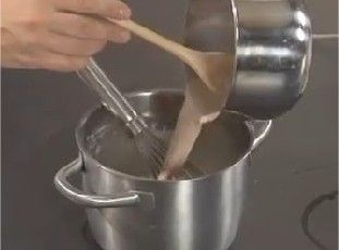 Ricetta    Crema al cioccolato http://video.repubblica.it/cucina/preparazioni-e-tecniche-di-base/dolci-e-dessert/crema-al-cioccolato/97093/95475?ref=HRESS-28