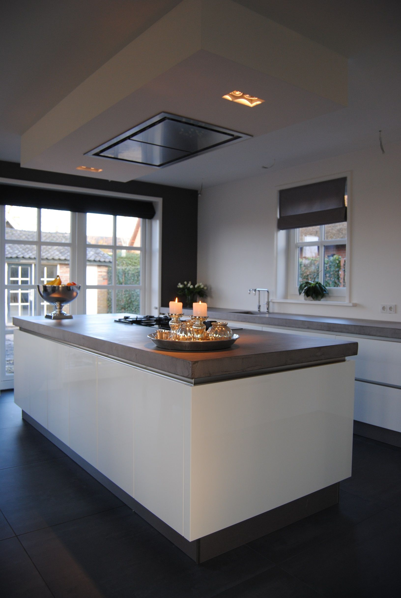 Keuken in hoogglans wit greeploos met een 6 cm werkblad in beton ...