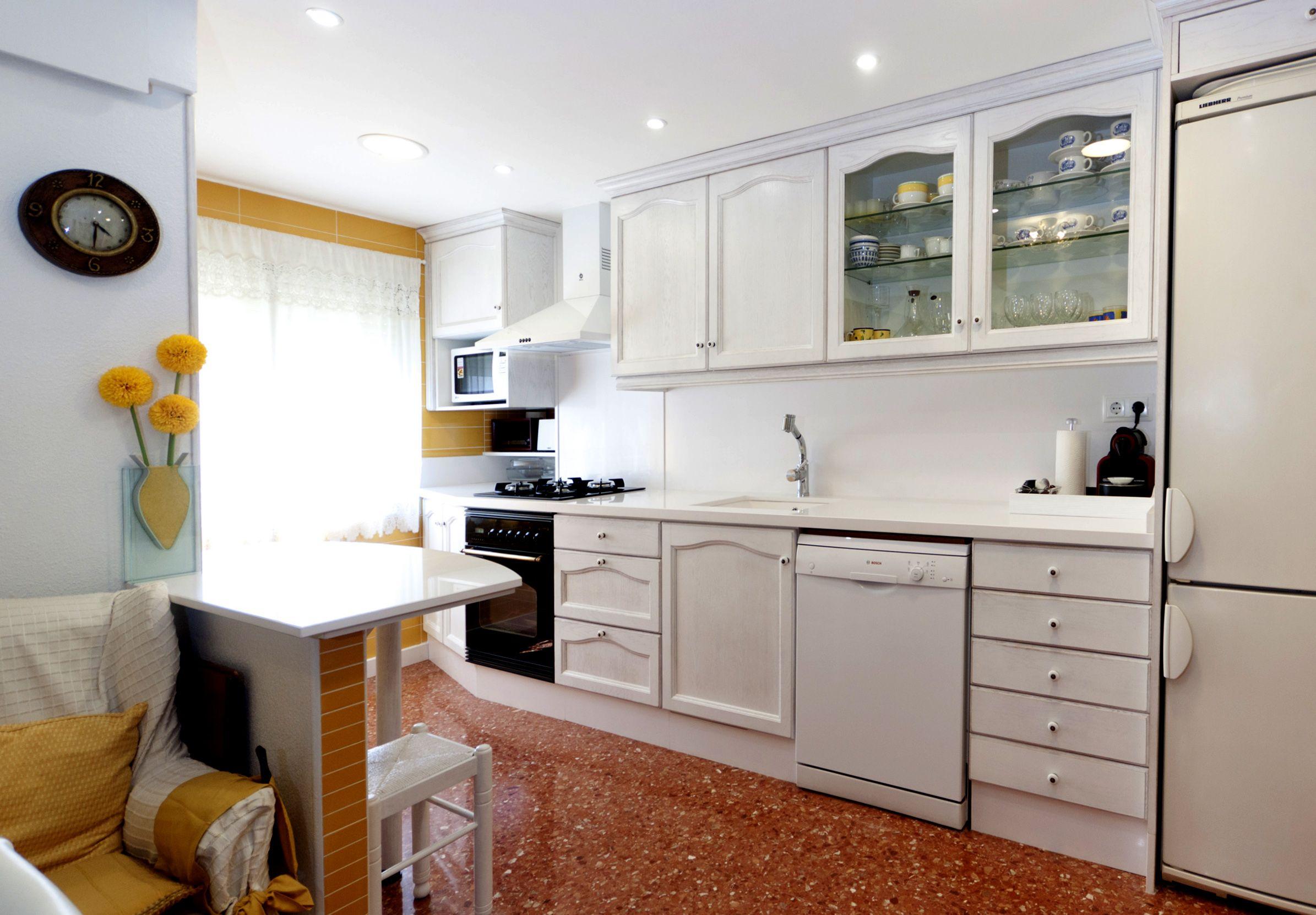 Cocina blanca con puertas de roble provenzal lacado a poro abierto ...