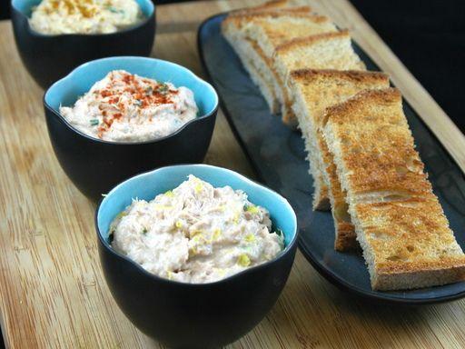 Ingrédients (pour 4 personnes) :  - 300 g de thon au naturel - 1 cuillère à soupe de basilic haché - 2 cuillères à soupe de crème fraîche - 1 cuillère à café de moutarde - 1/2 citron pressé - 2 petits suisses - paprika - sel et poivre
