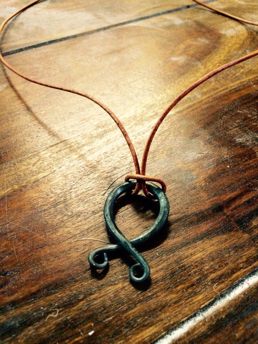 Troldekors.  Troldekorset er en amulet i form af en Odal Rune. Det har været anvendt i den skandinaviske folketro siden vikingetiden, hvor det beskyttede den rejsende mod trolde og andre farer.  Dette troldekors hænger i en lædersnøre og er af håndsmedet jern. Da jern i sig selv er frygtet af troldpak, er dette troldekors ekstra beskyttende.