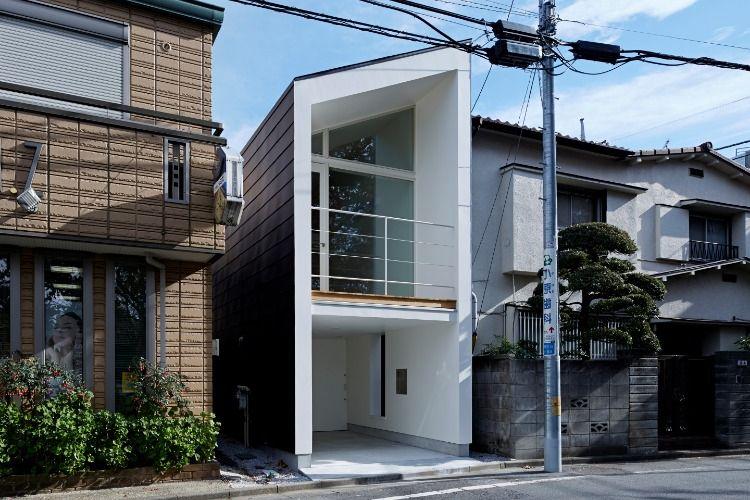 公園の前にある小さな家 シンプルなデザインで公園の魅力を家の中に