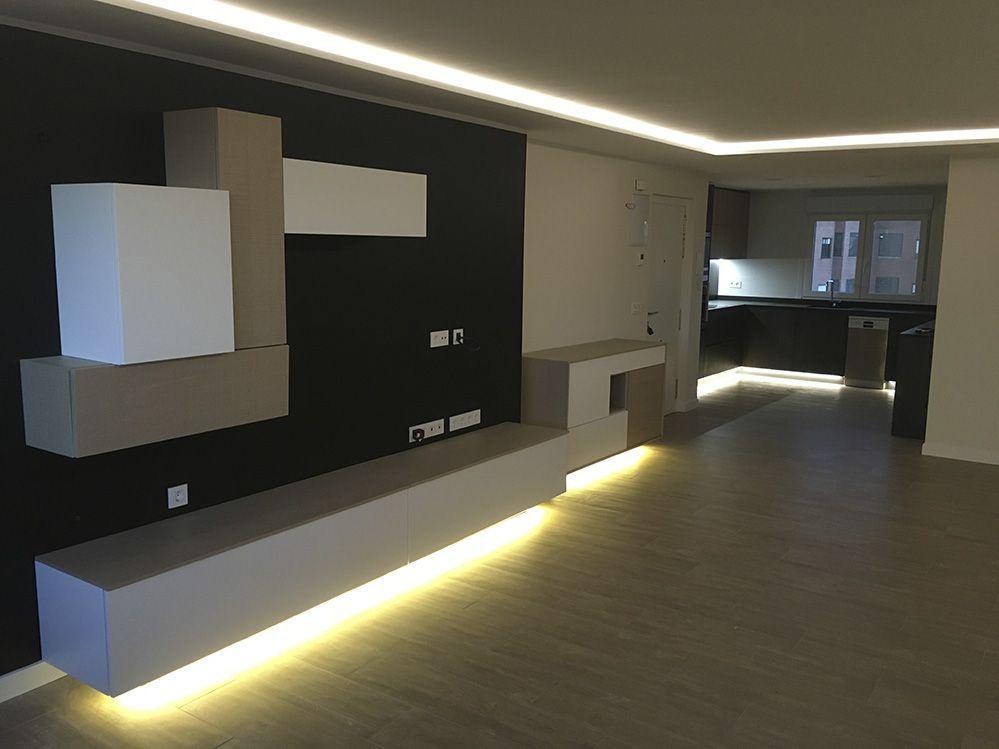Cocina moderna pequeña con luz led bajo el mueble. | Cocinas ...