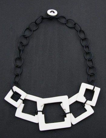 collier les petits carr s porcelaine blanche et r sine noire par b atrice balivet bijou. Black Bedroom Furniture Sets. Home Design Ideas